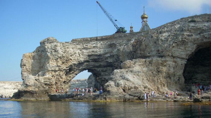 Фото со стороны моря арки на Малом Атлеше мыса Тарханкут (Крым)