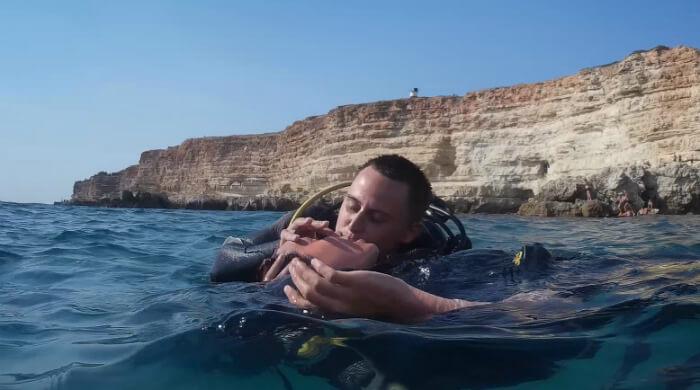 Парень и девушка целуются после дайвинга на Чаше Любви (Тарханкут, Крым). Фото