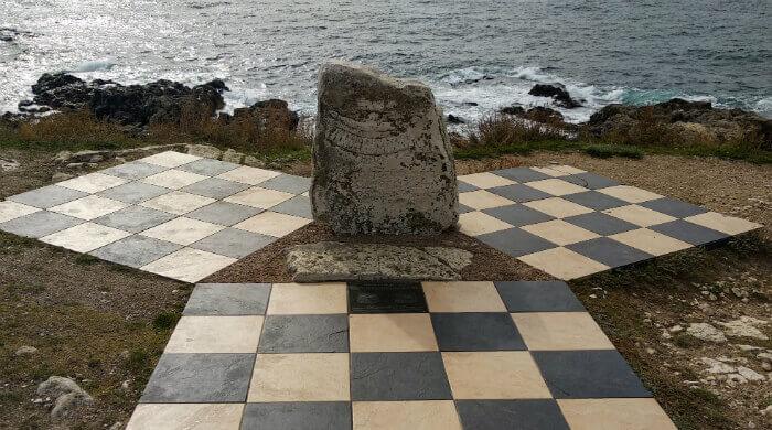 Фото монумента на Тарханкуте, установленного на месте погружения первого подводного дома