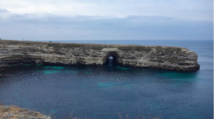 Тоннель Чуча в скале на мысе Тарханкут. Фото со стороны