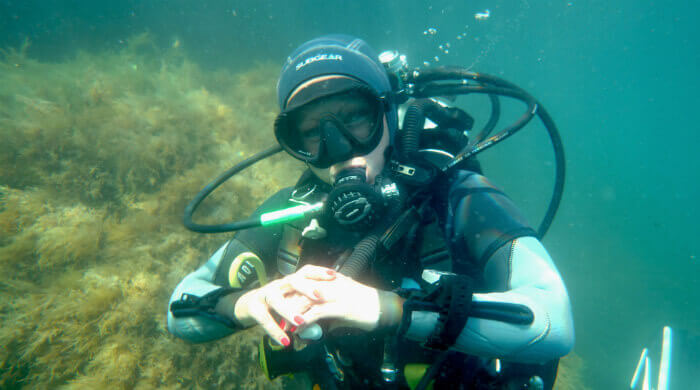 Фото улыбающейся под водой девушки во время дайвинга на Тарханкуте